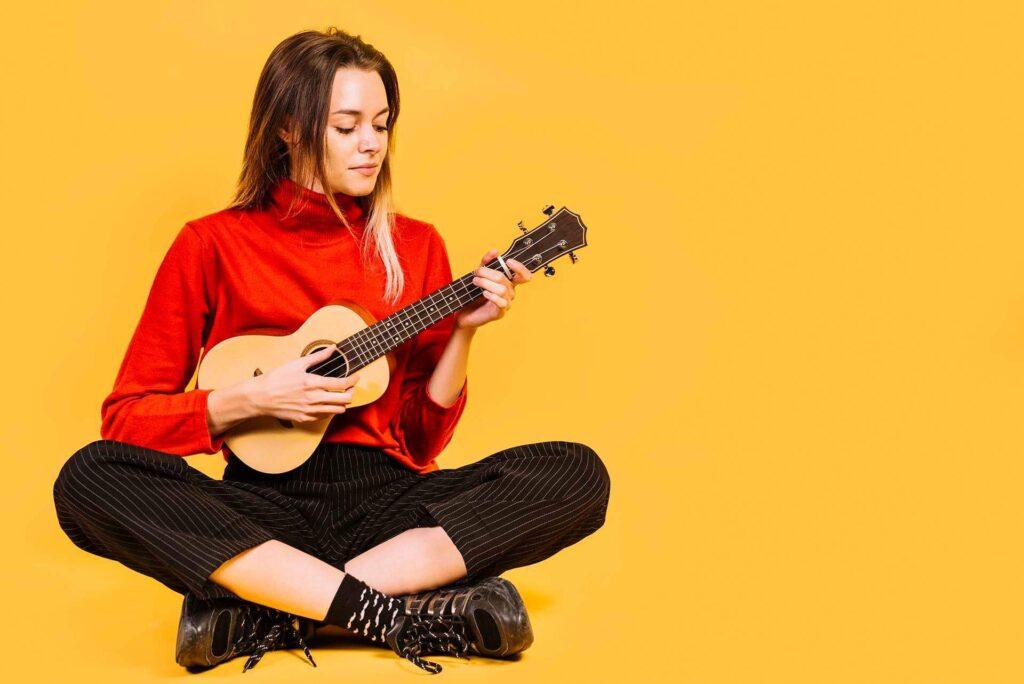 How to hold a ukulele